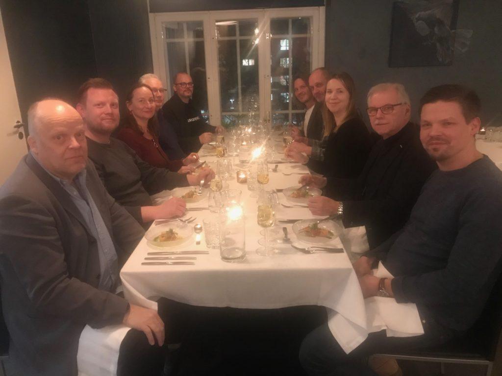Avitan hallitus illallisella